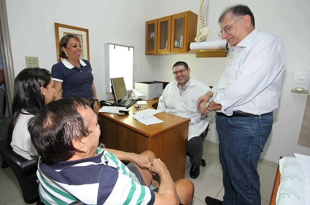 O secretário de saúde Nelson Tavares acompanhou as consultas dos pacientes para os procedimentos ortopédicos